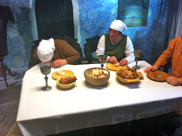 War bereits im Mittelalter verpönt: Nase ins Tischtuch schneuzen.