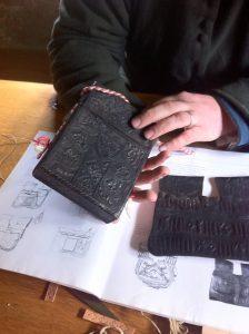 Erstklassige Rekonstruktion einer Gürteltasche aus Leder.