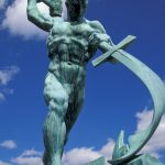 """""""Schwerter zu Pflugscharen"""", Skulptur von Jewgeni Wutschetschisch, 1957. (c) Patti McConville / Alamy Stock Photo"""