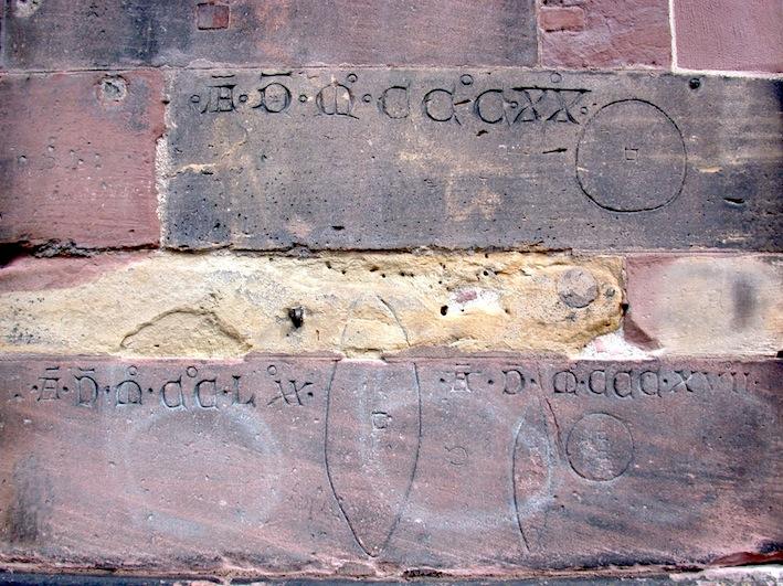 Darstellung der genormten Größen von Brotlaiben und Wecken am Freiburger Münster.